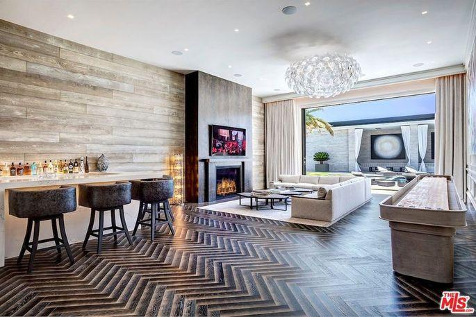 Bar y salón con chimenea / Realtor
