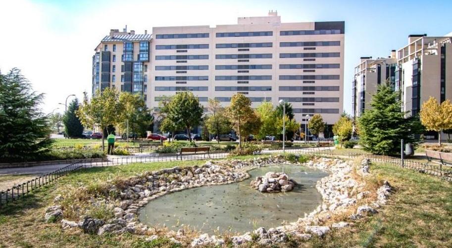 La urbanización incluye piscina y jardines