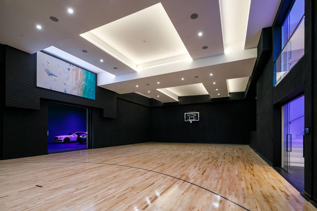 Cancha indoor de baloncesto / Tyler Hogan