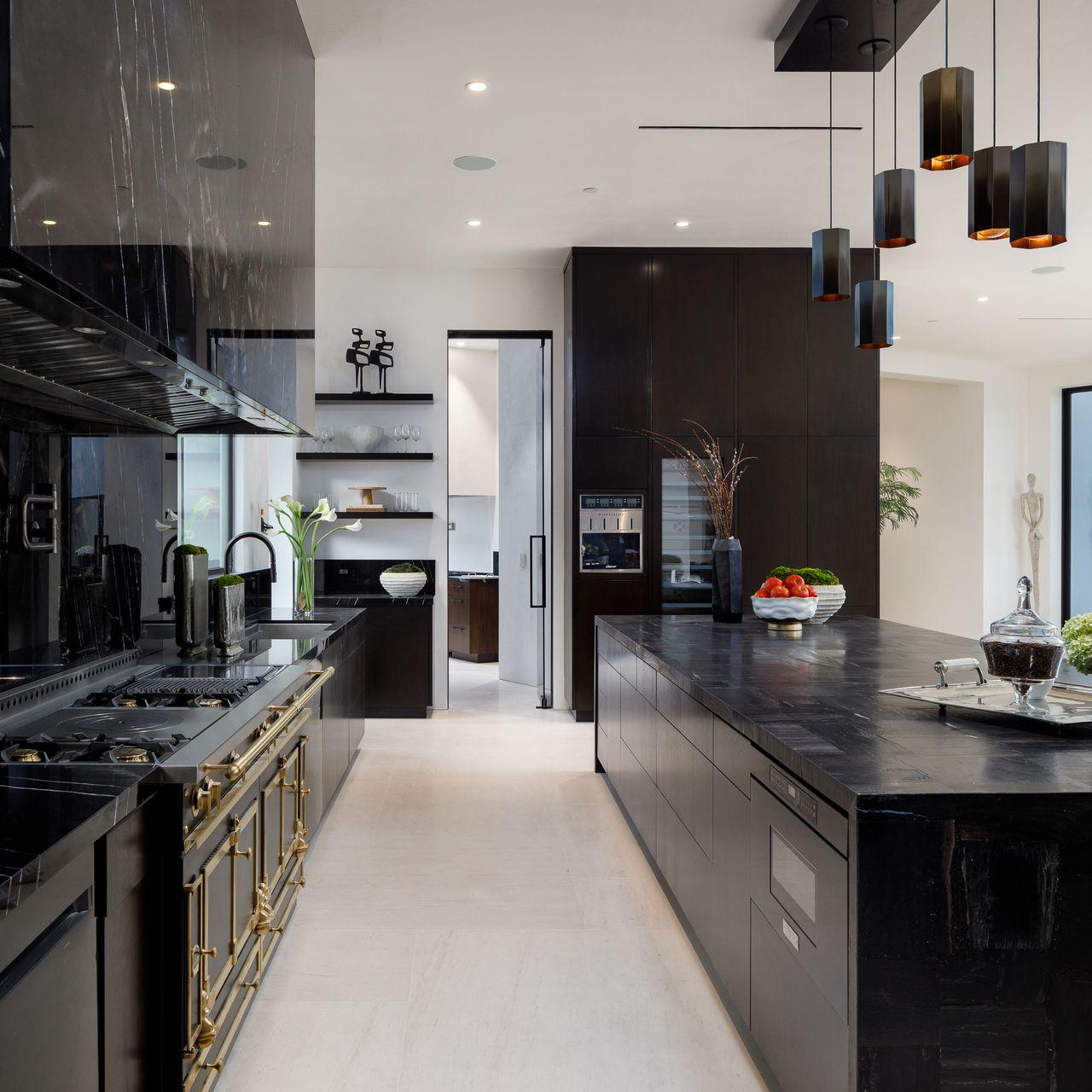 Cocina con detalles en negro / Tyler Hogan