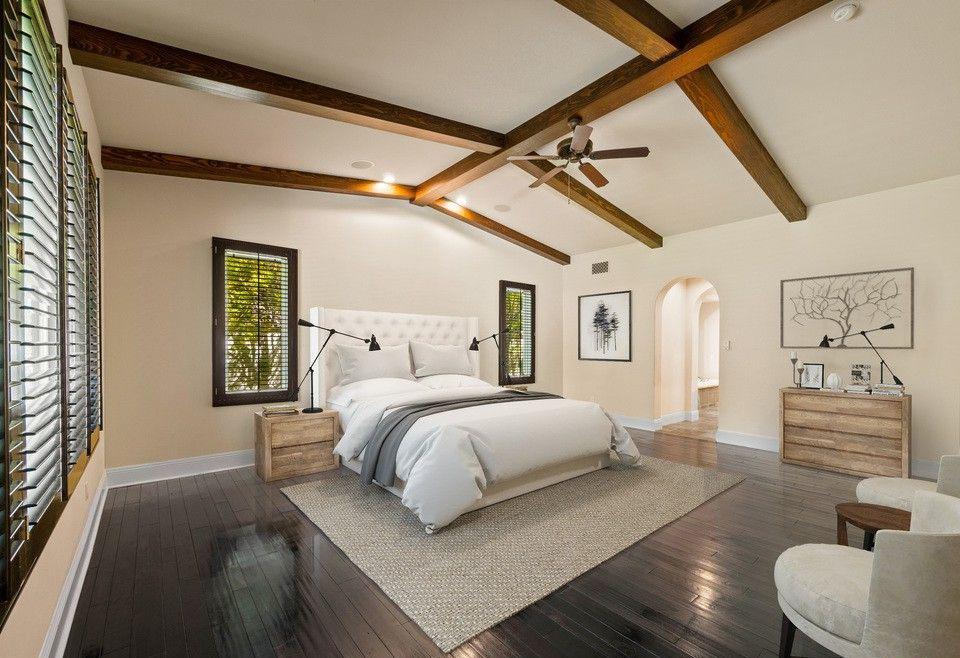 La habitación tiene techo abovedado y vigas de madera