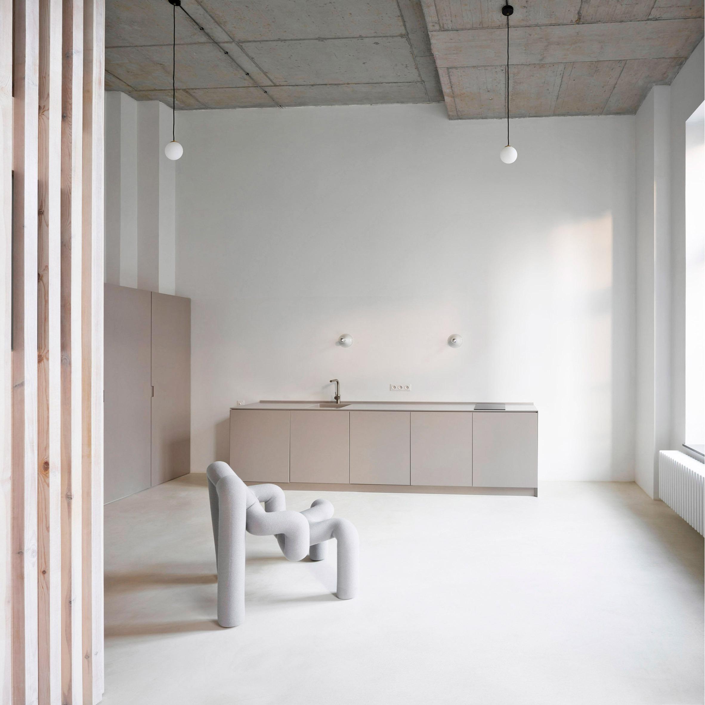 Cocina con silla de diseño / Maja Wirkus