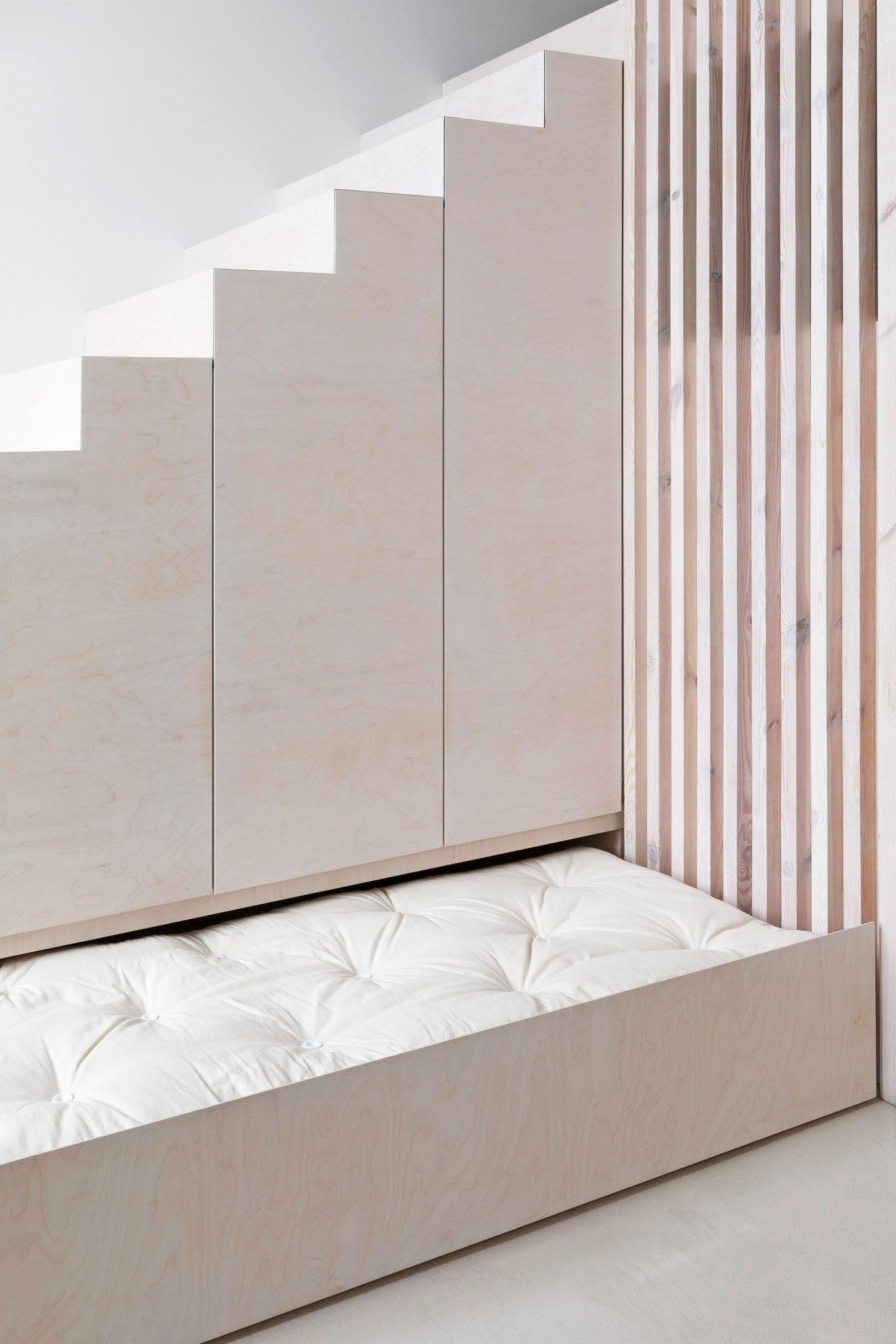 Cama plegable debajo de la escalera / Maja Wirkus