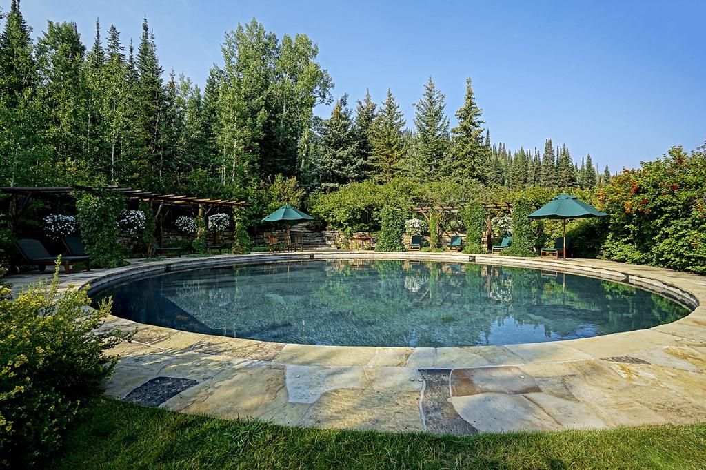 Bonita piscina entre jardines