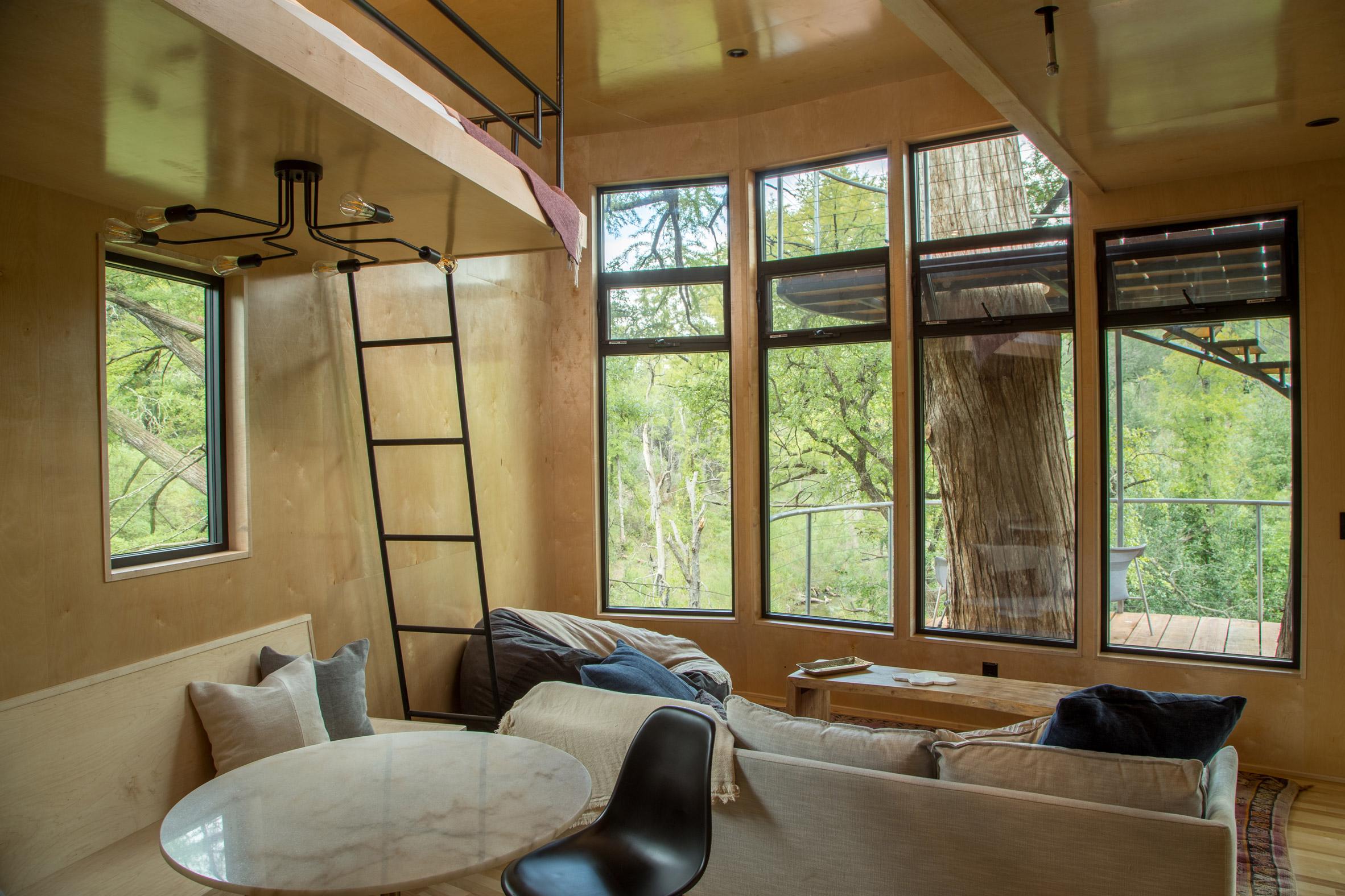 Interior de la casa del árbol / Smiling Forest/ArtisTree