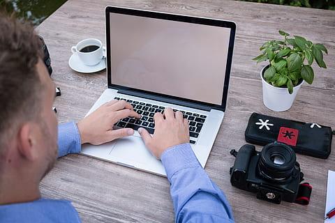 Imagen de un empleado durante su jornada laboral / Piqsels