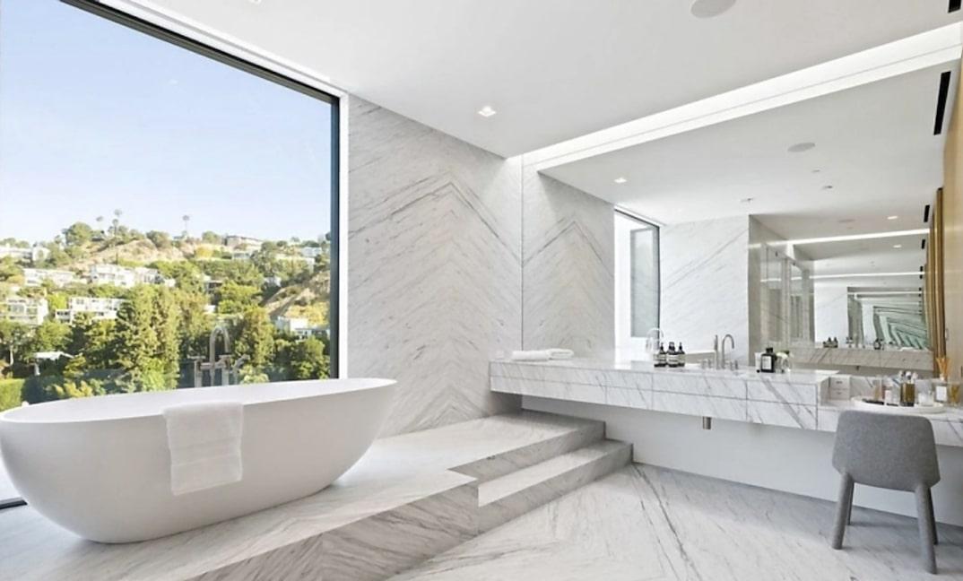 Baño con bañera vista / Noel Kleinman