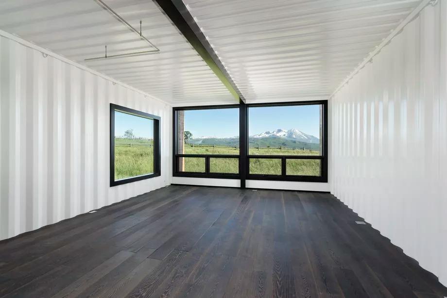Amplio salón / Douglas Elliman
