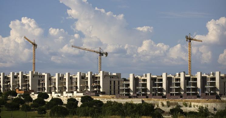 Imagen de una promoción de viviendas en construcción / Gtres