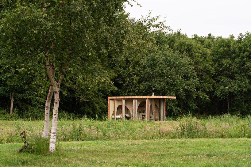 Vista general de la cabaña en el campo / Jordi Huisman