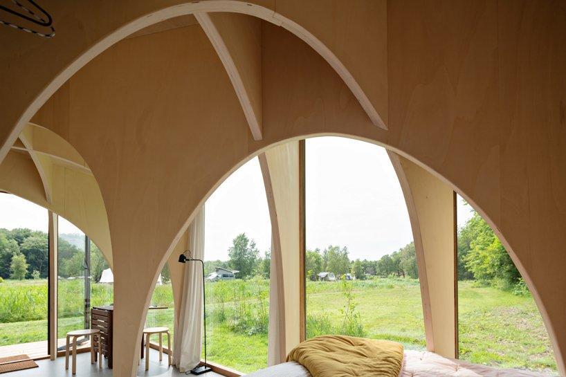 Interior con arcos de álamo / Jordi Huisman