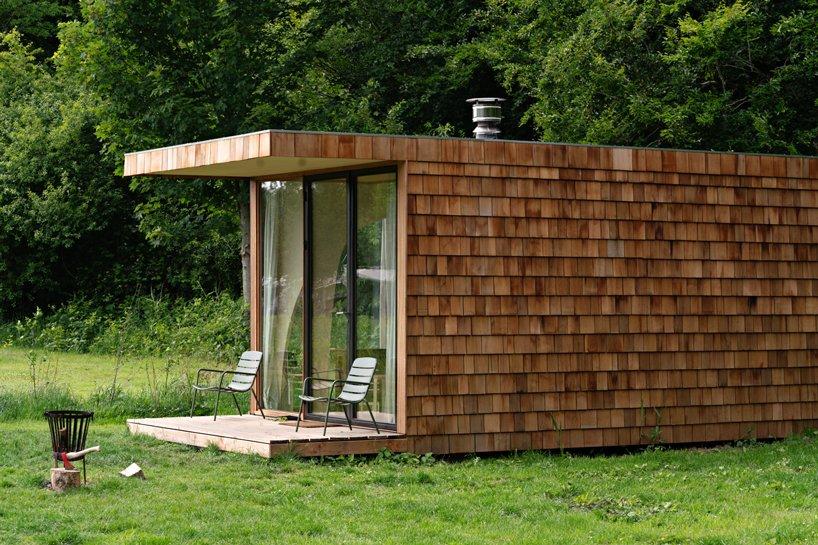 Detalle del exterior con un pequeño porche / Jordi Huisman