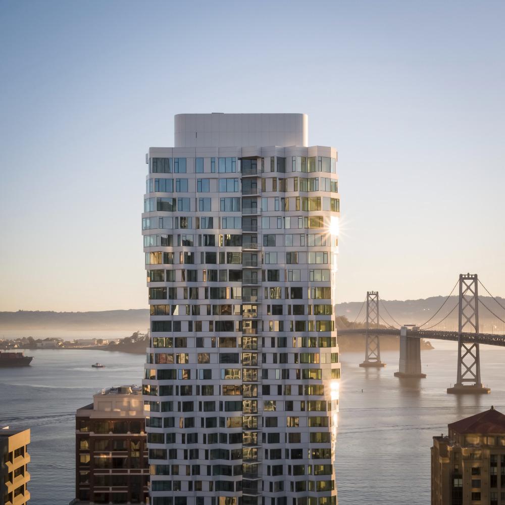 El edificio tiene más de 120 metros de altura