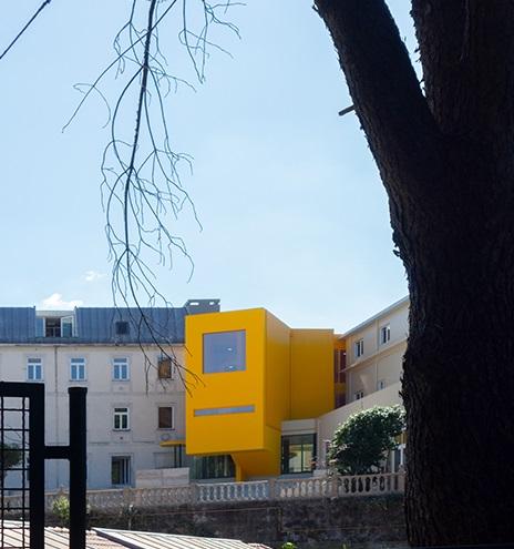 El bloque amarillo es la conexión con las partes antiguas