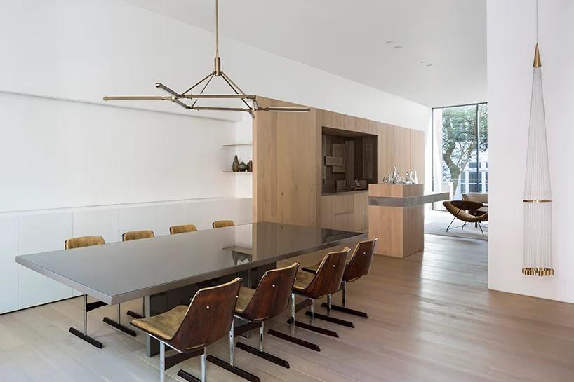 Salón amplio y luminoso / Studio Arthur Casas
