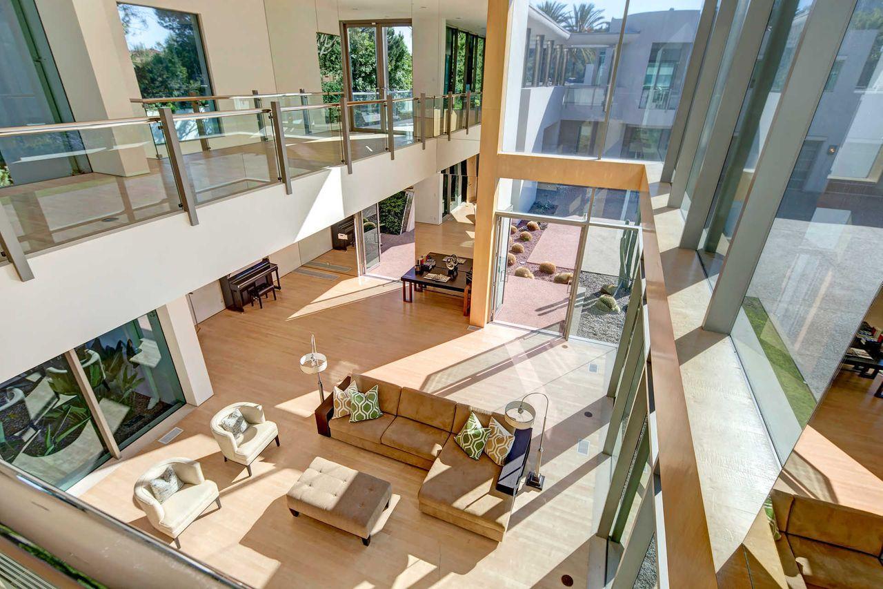 Amplio salón de dos alturas / The Agency