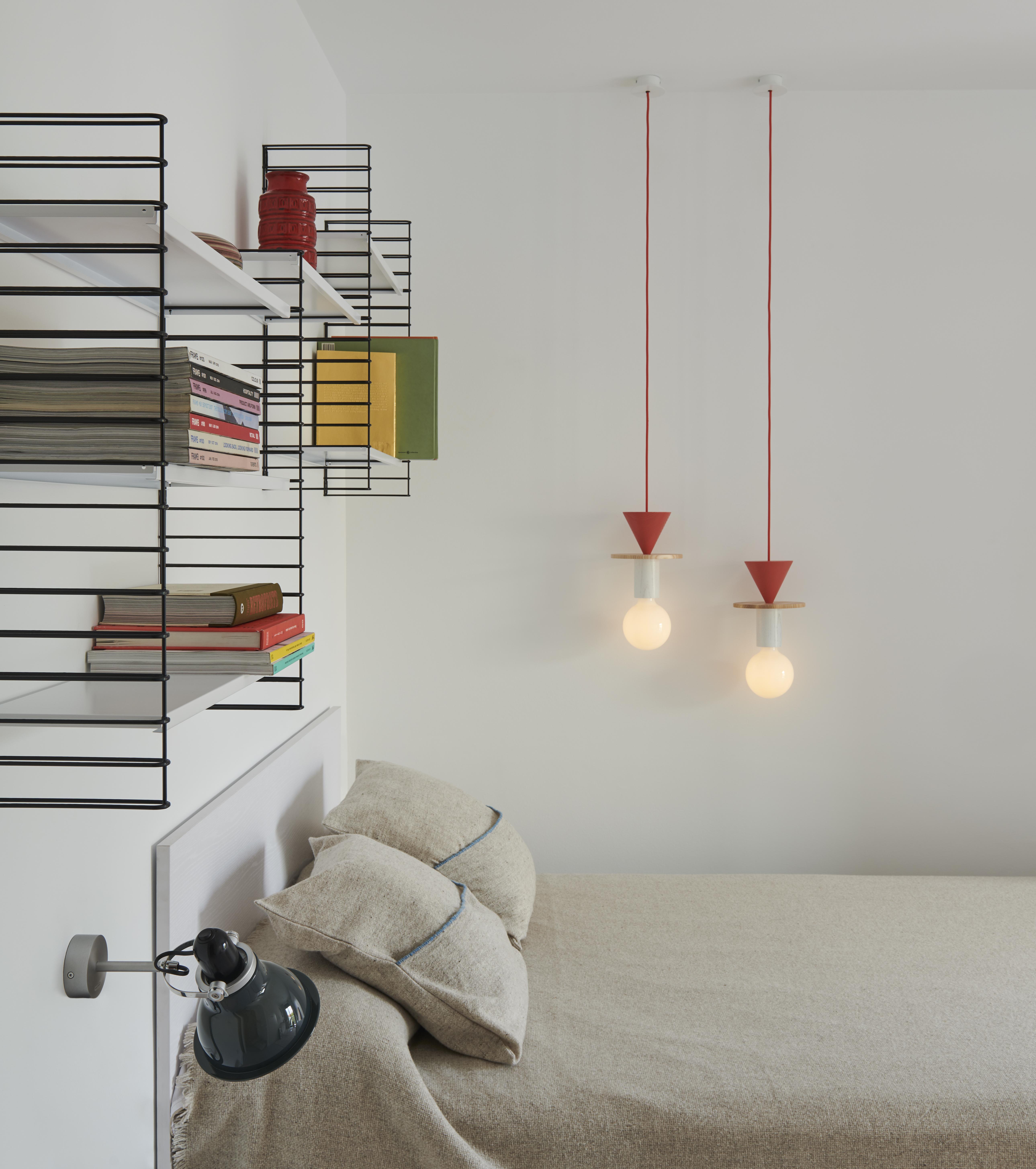 Destacan las lámparas y las estanterías de pared