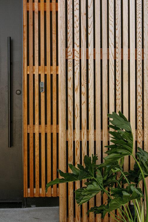 La casa está hecha de madera de cedro