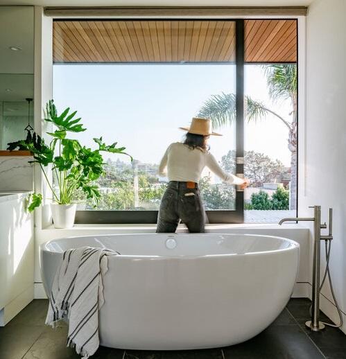 Una bañera sofisticada y con vistas