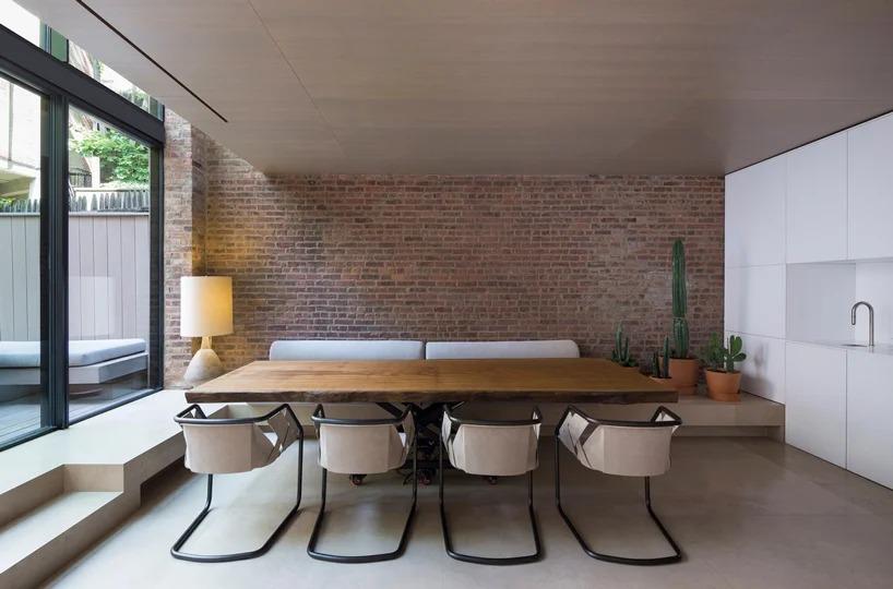 Zona de comedor con ladrillo visto / Studio Arthur Casas