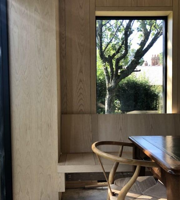 Muebles fabricados a mano por un artesano local