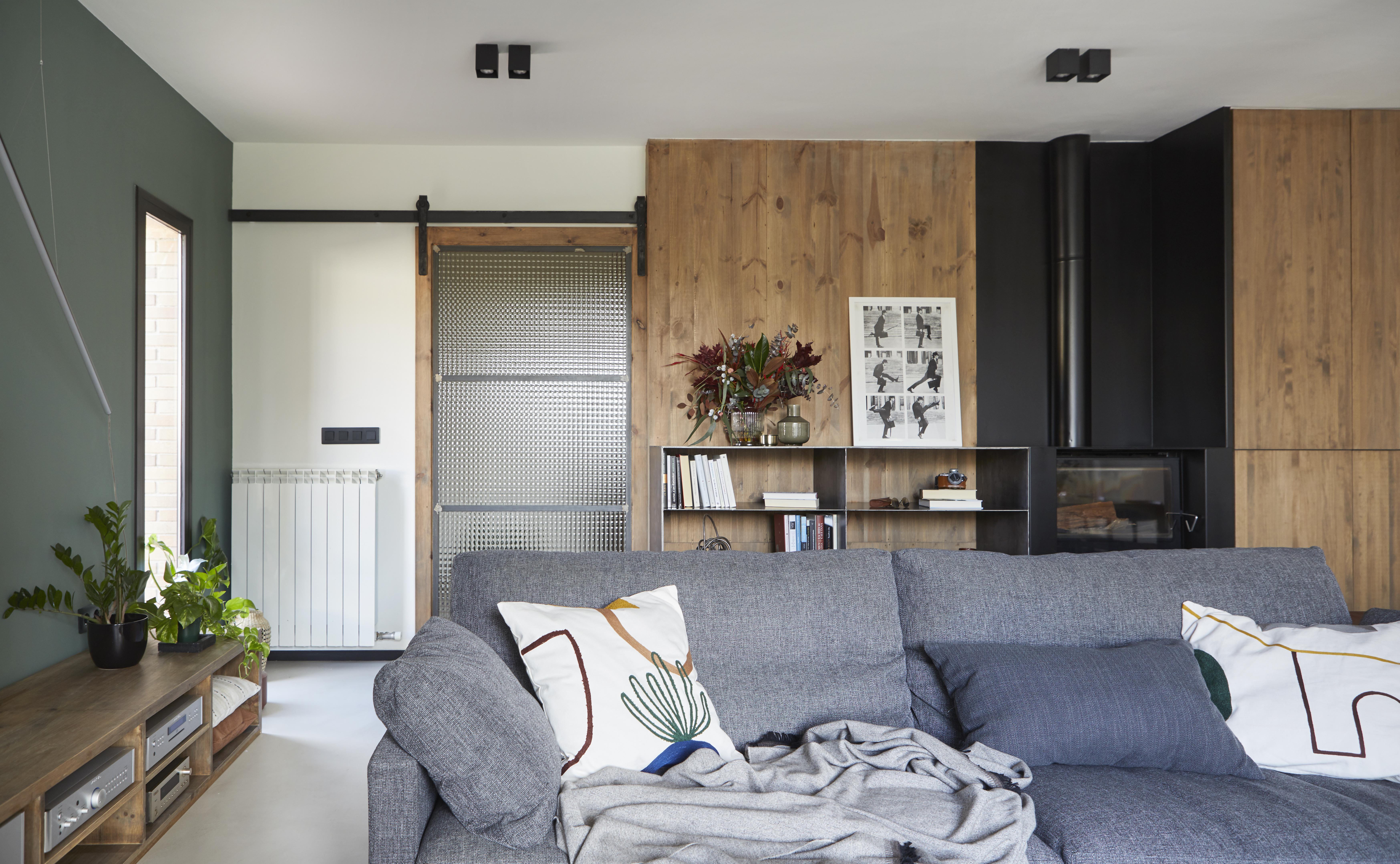 Los sofás rompen con la decoración base