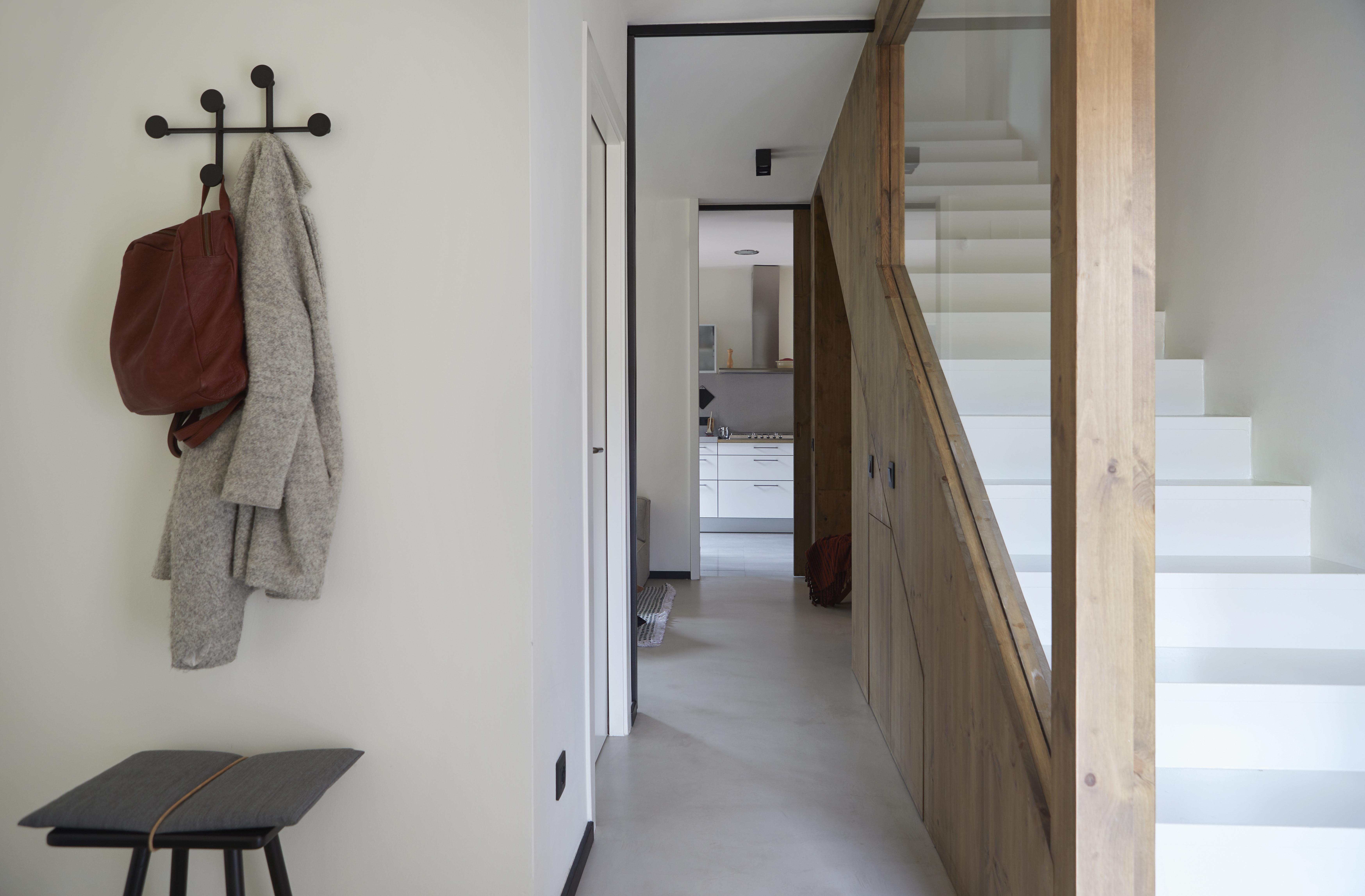 En contraste con las escaleras blancas