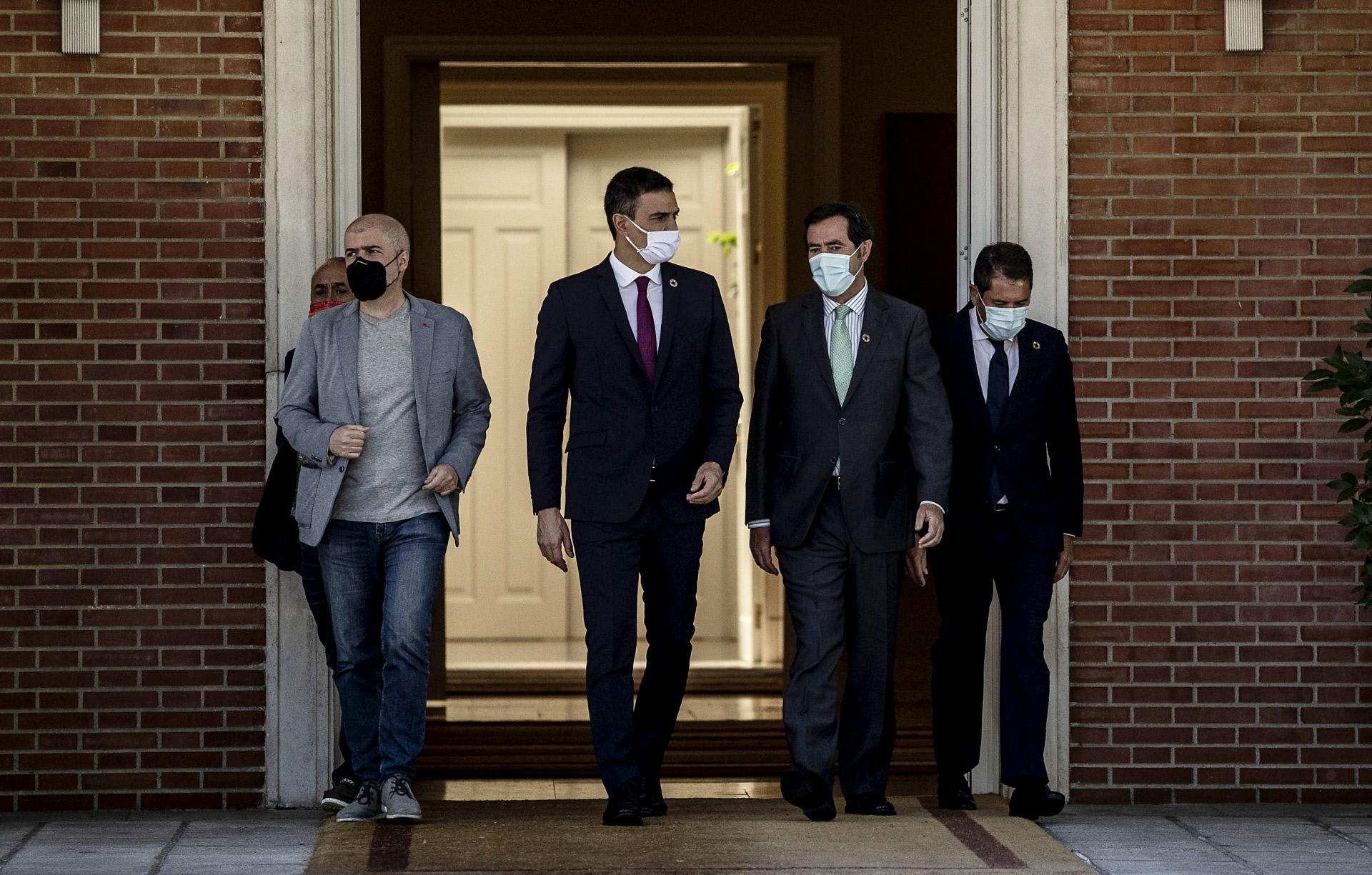 Pedro Sánchez y a la derecha, Antonio Garamendi, presidente de la CEOE / Gtres