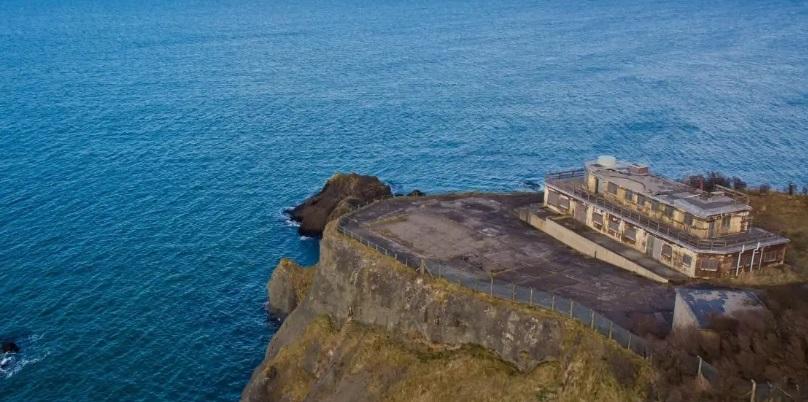 Está ubicado frente al mar y a 50 km de Edimburgo