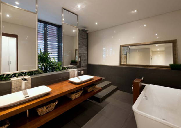 Un gran mueble para los lavabos y bañera independiente
