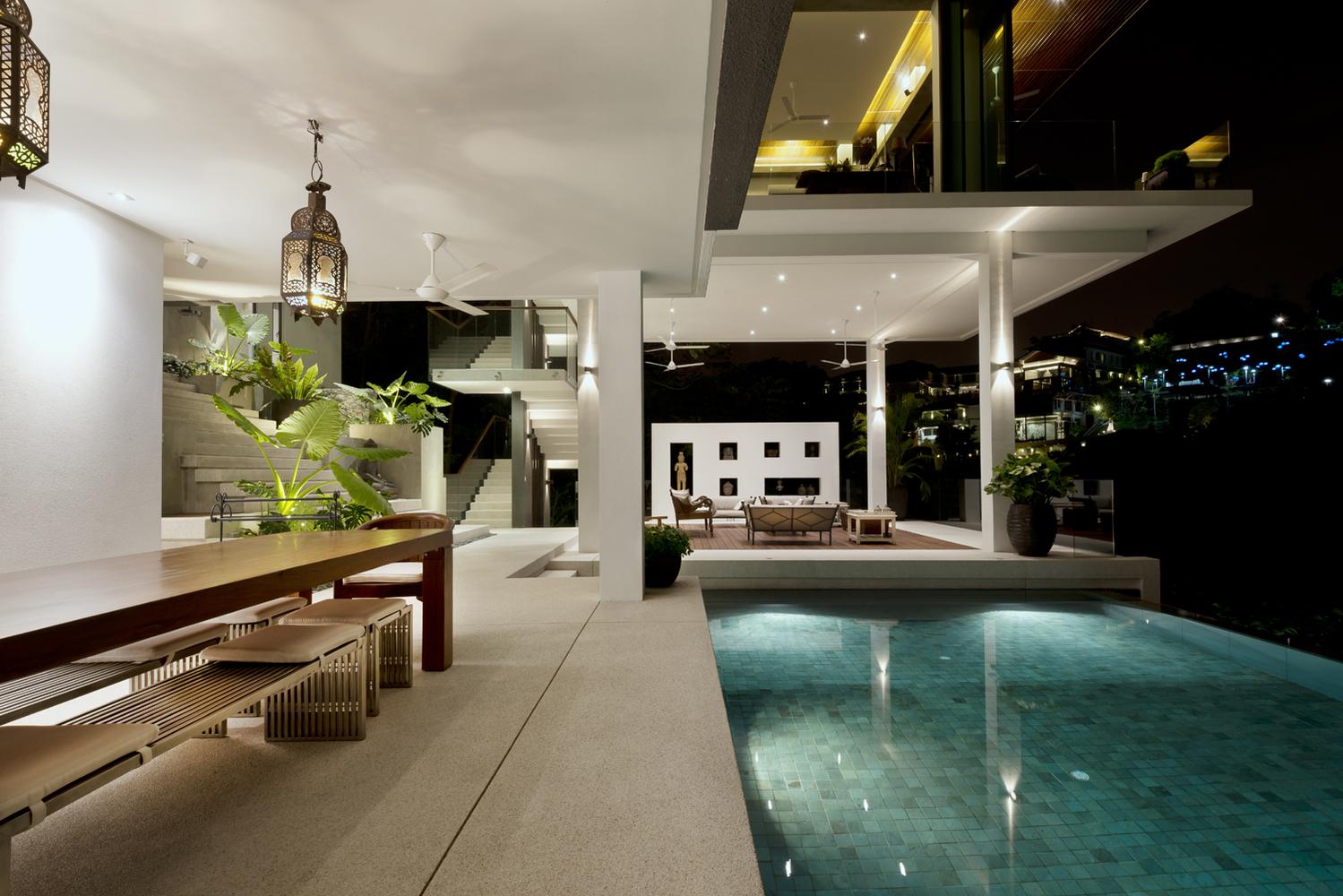 Hay iluminación hasta en la piscina
