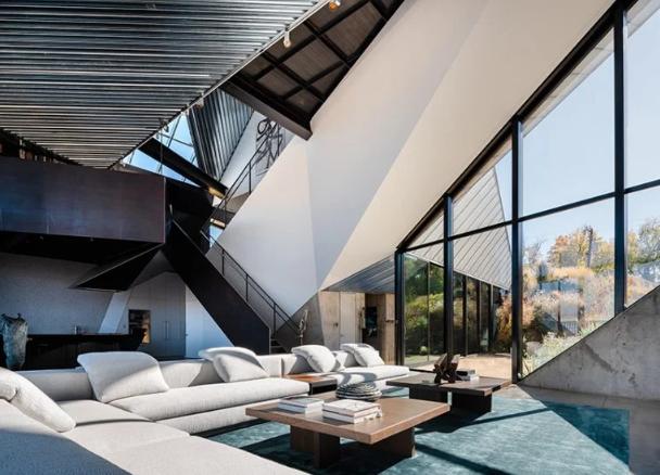 Las paredes y los techos dibujan figuras geométricas