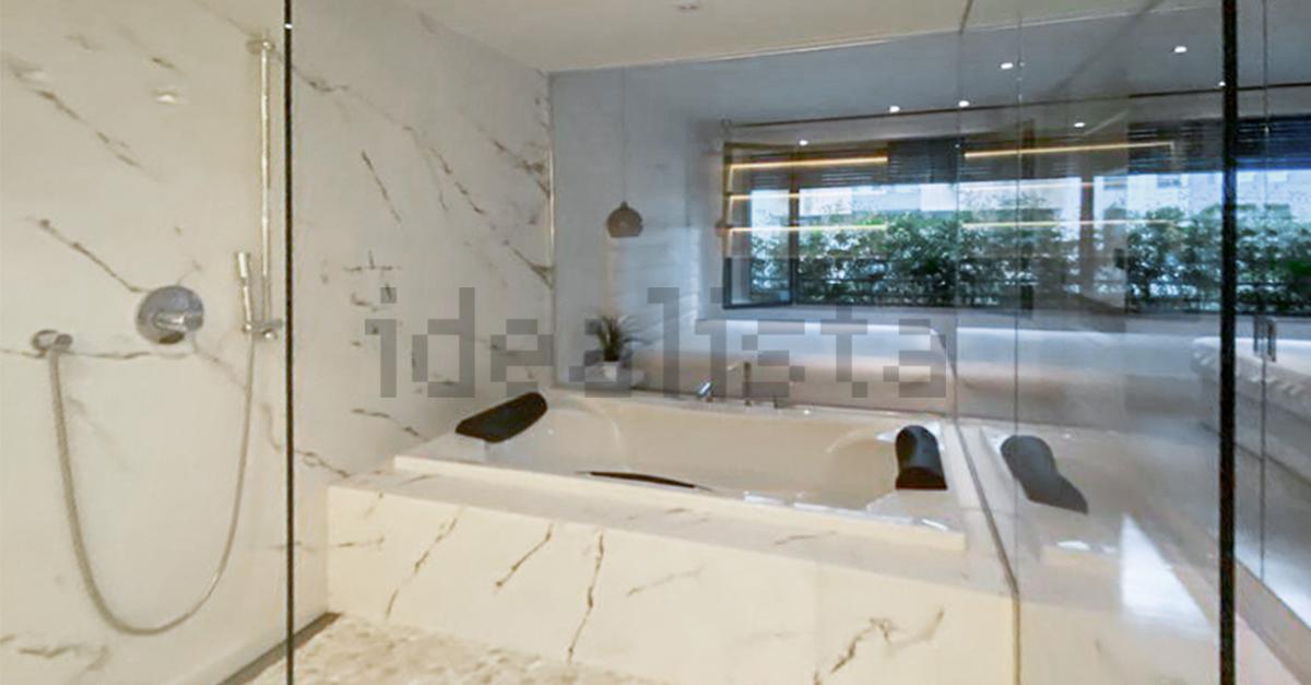 Una bañera doble con paredes acristaladas