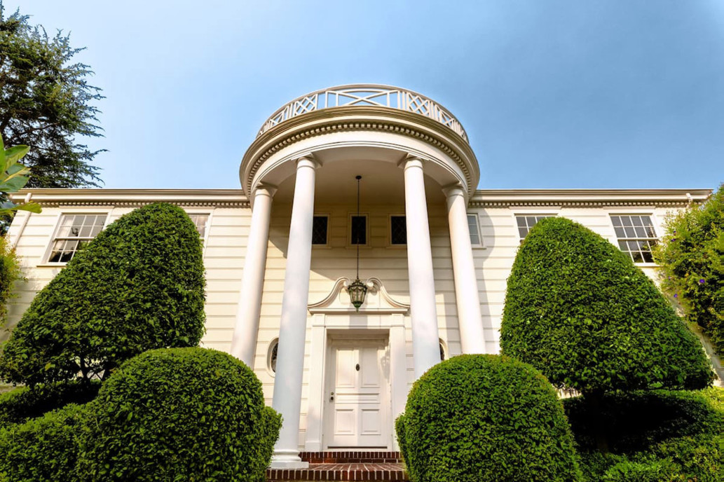 Las icónicas columnas blancas de la entrada / Airbnb