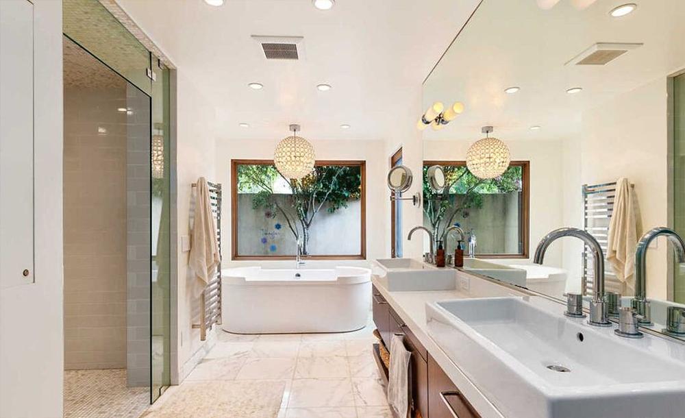 El baño principal tiene bañera y ducha de vapor