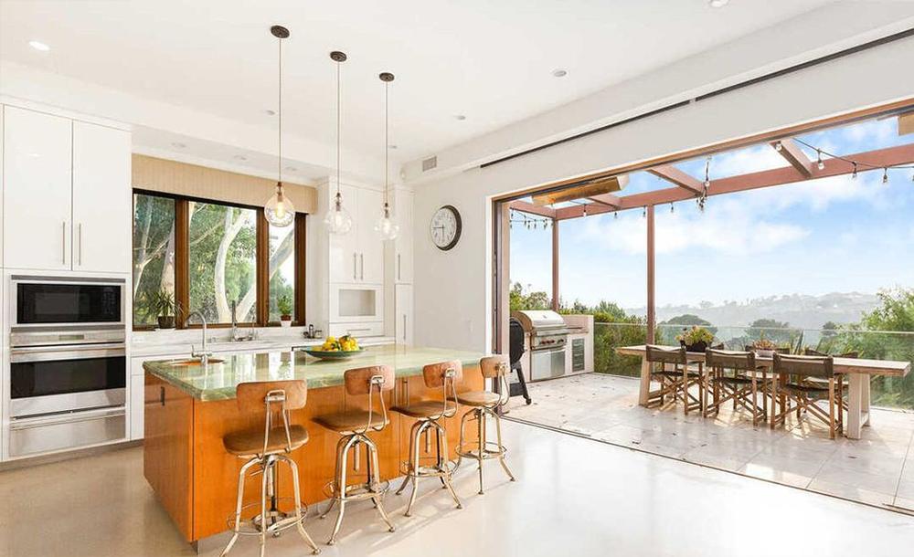 La cocina conecta directamente con la terraza