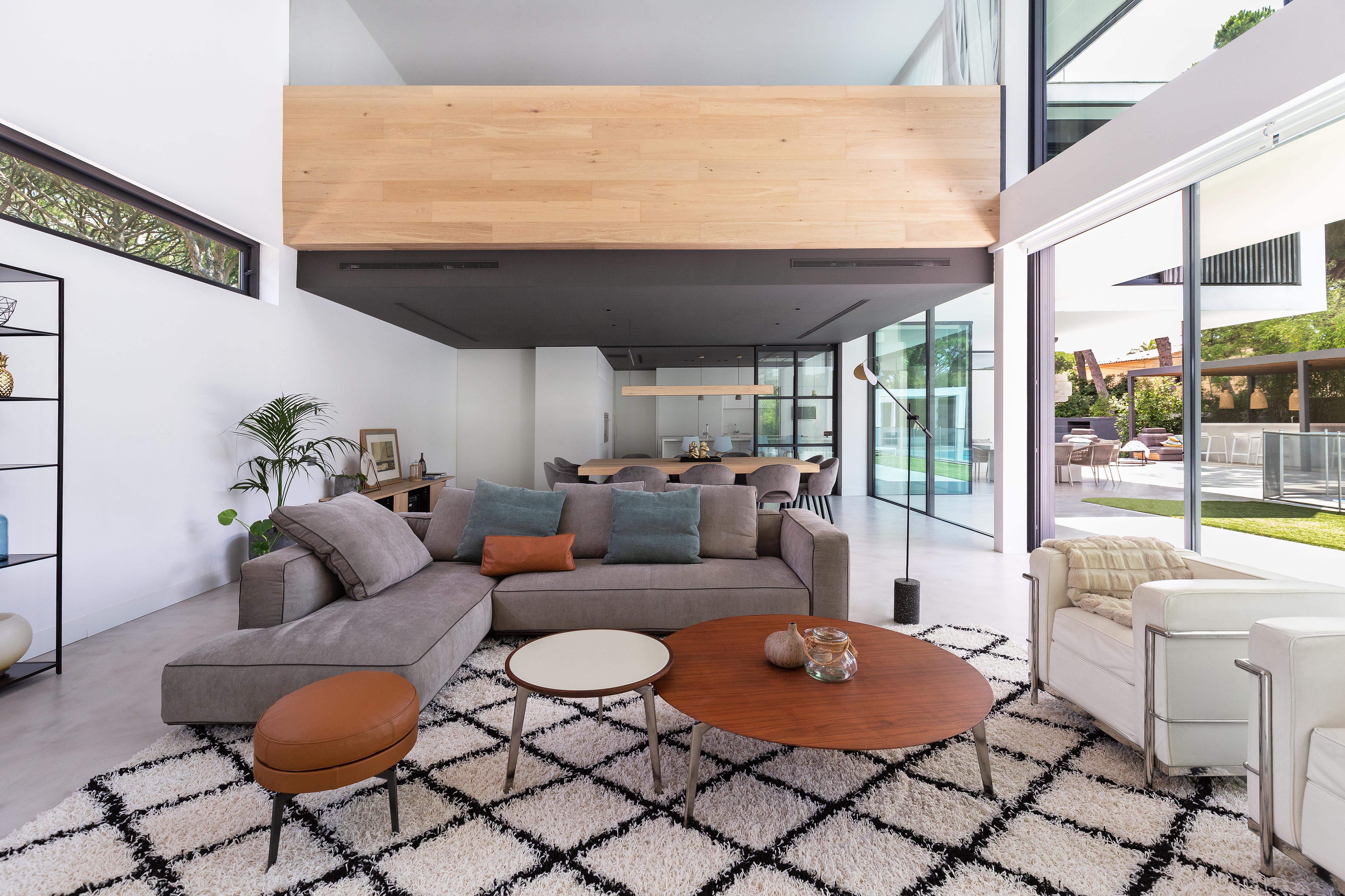 El sofá y la madera, protagonistas
