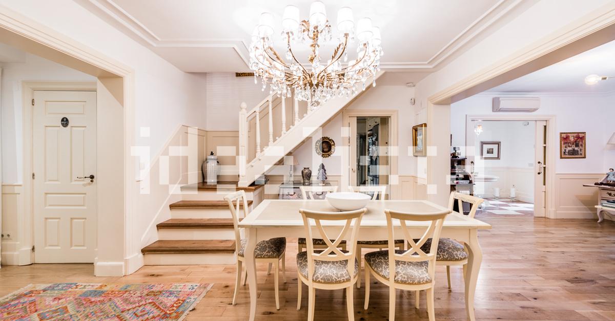 Entre el salón y la cocina justo antes de las escaleras