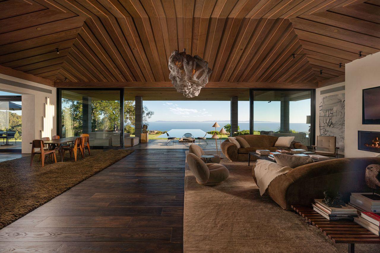 Impresiona el techo del salón / Riskin Partners Estate Group