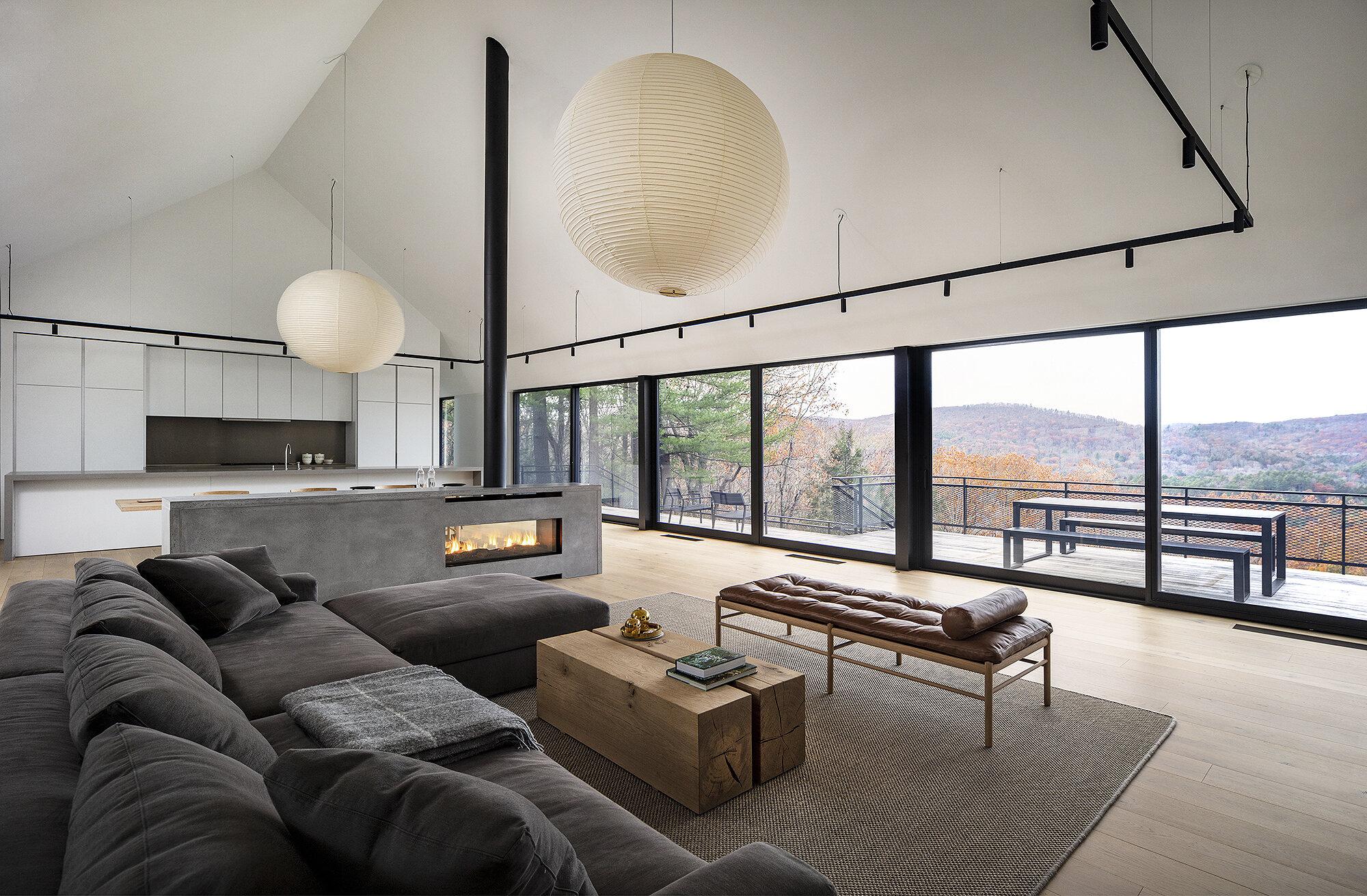 Destacan los ventanales y los techos altos
