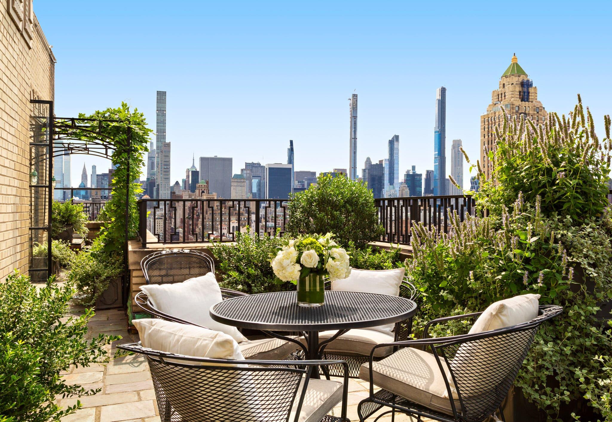 Mesas en la terraza / Warburg Realty