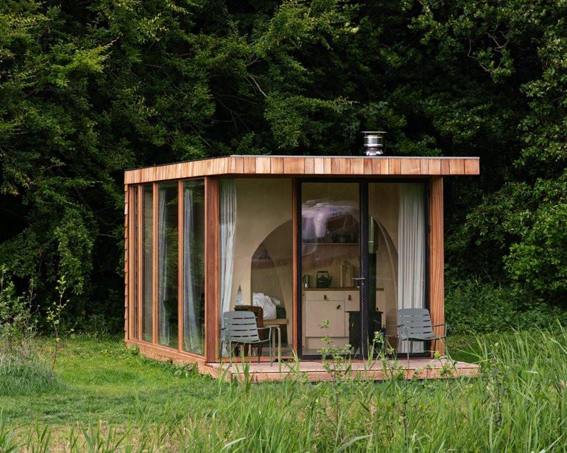 Una cabaña de madera diseñada para vivir en el campo