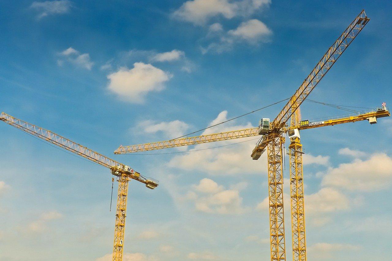 Grúas en una construcción / Pixabay