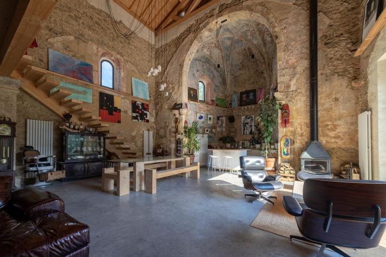 Esta iglesia reconvertida en un impresionante caserón de lujo en Vizcaya está a la venta por 1,6 millones