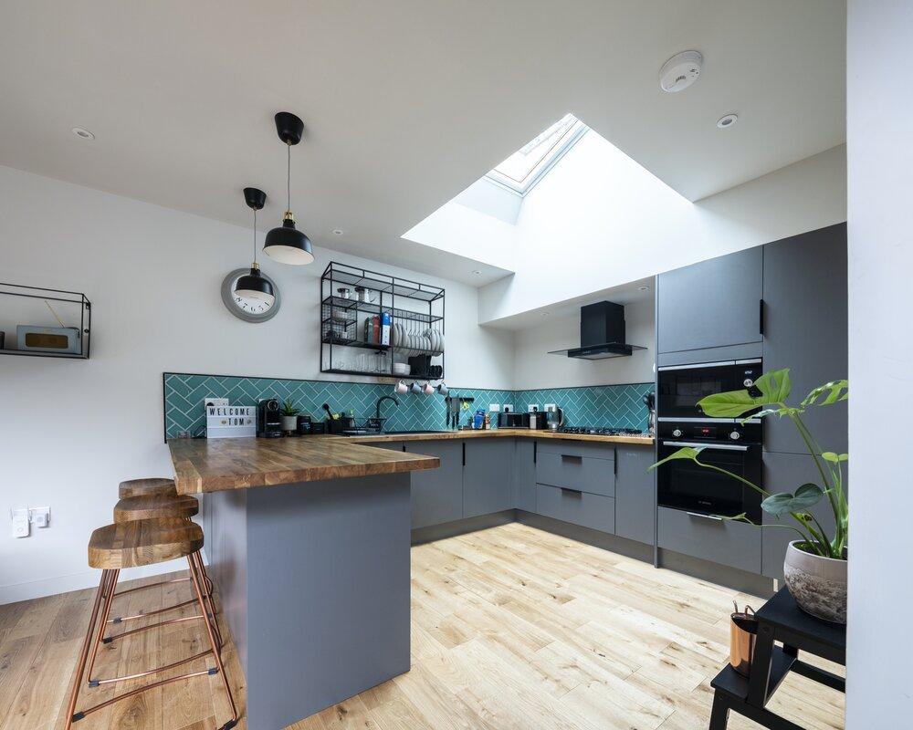El mobiliario contrasta con el suelo de madera y las paredes blancas