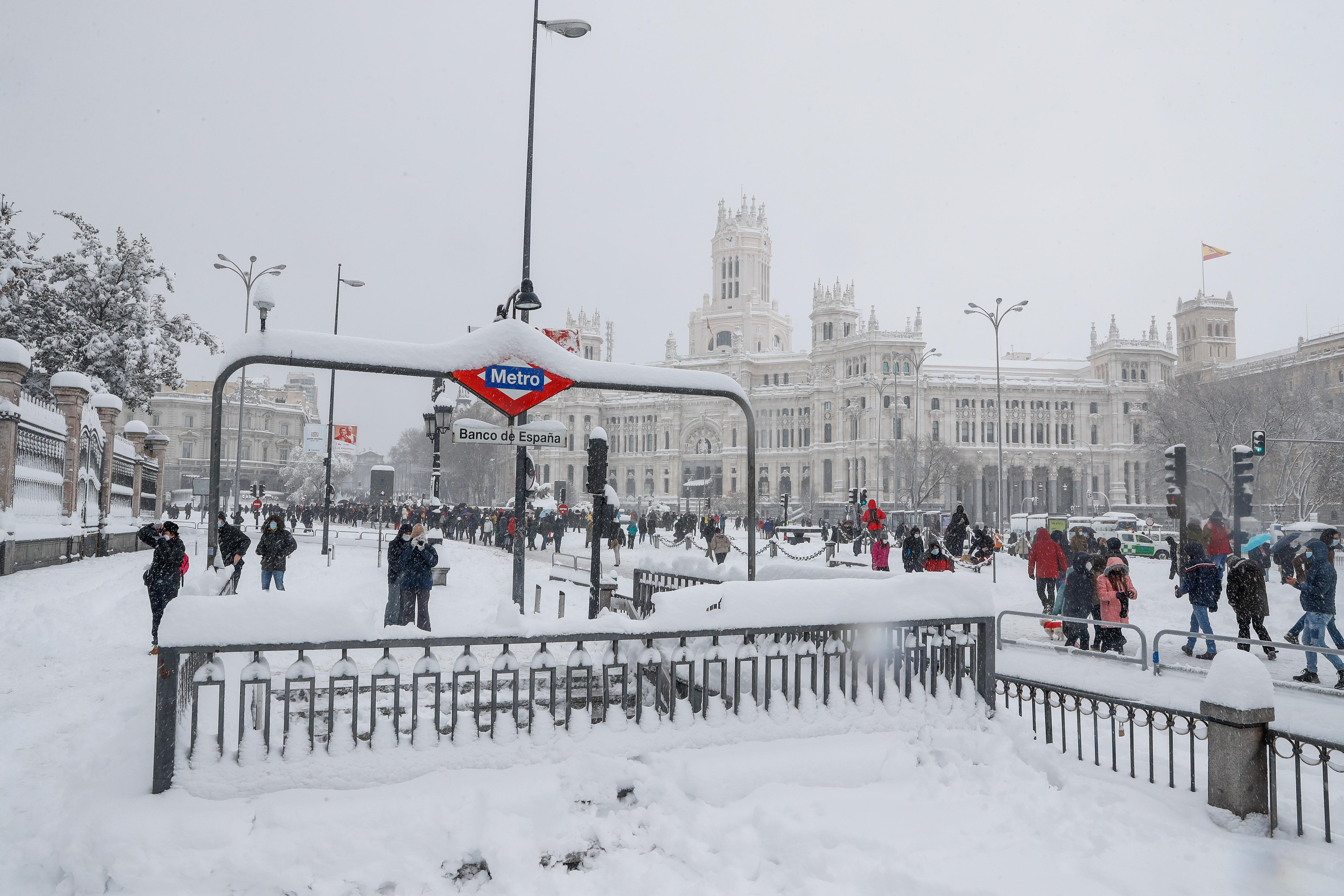 La entrada a la estación de Metro Banco de España, cubierta de nieve