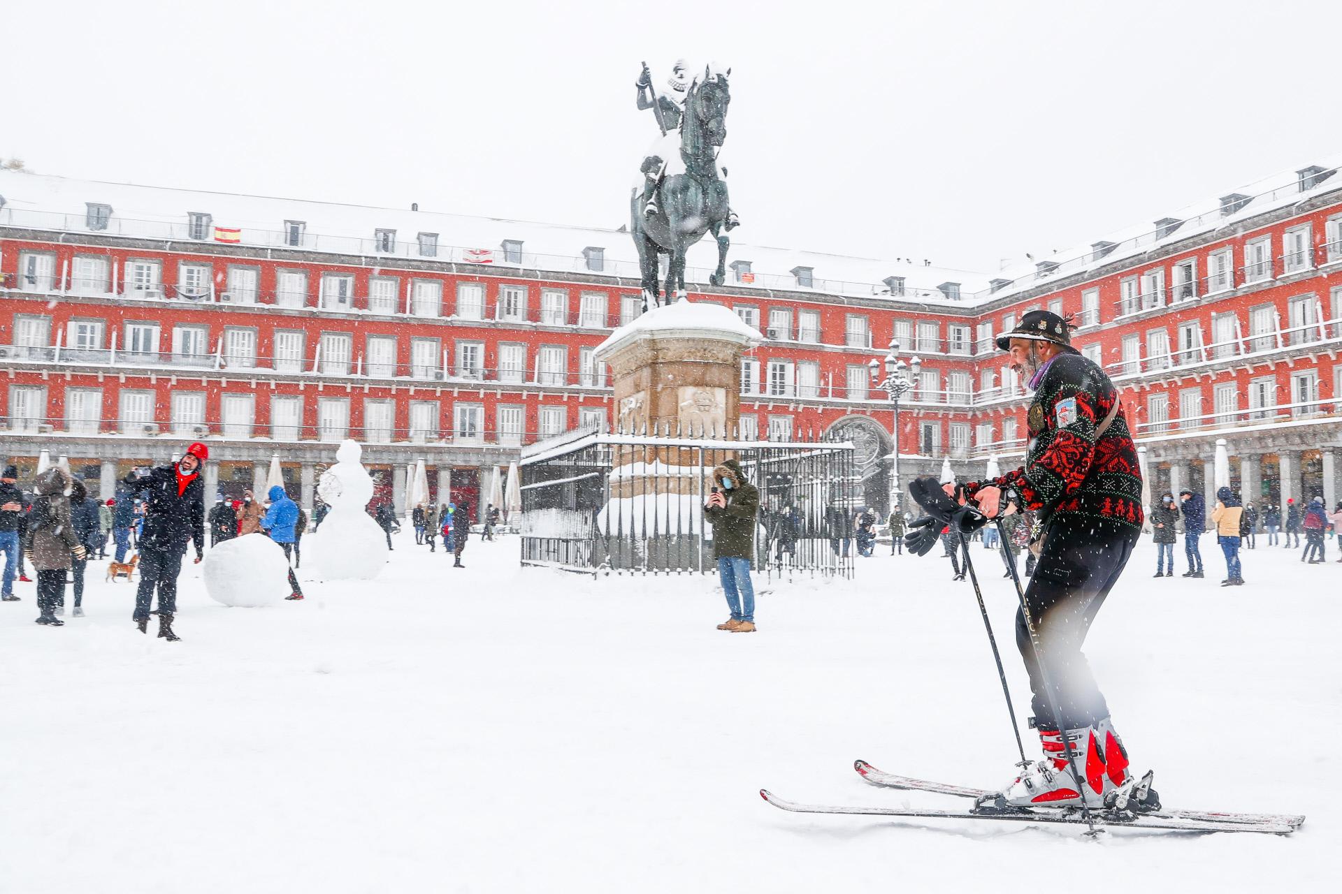 Paseando por la Plaza Mayos con esquís