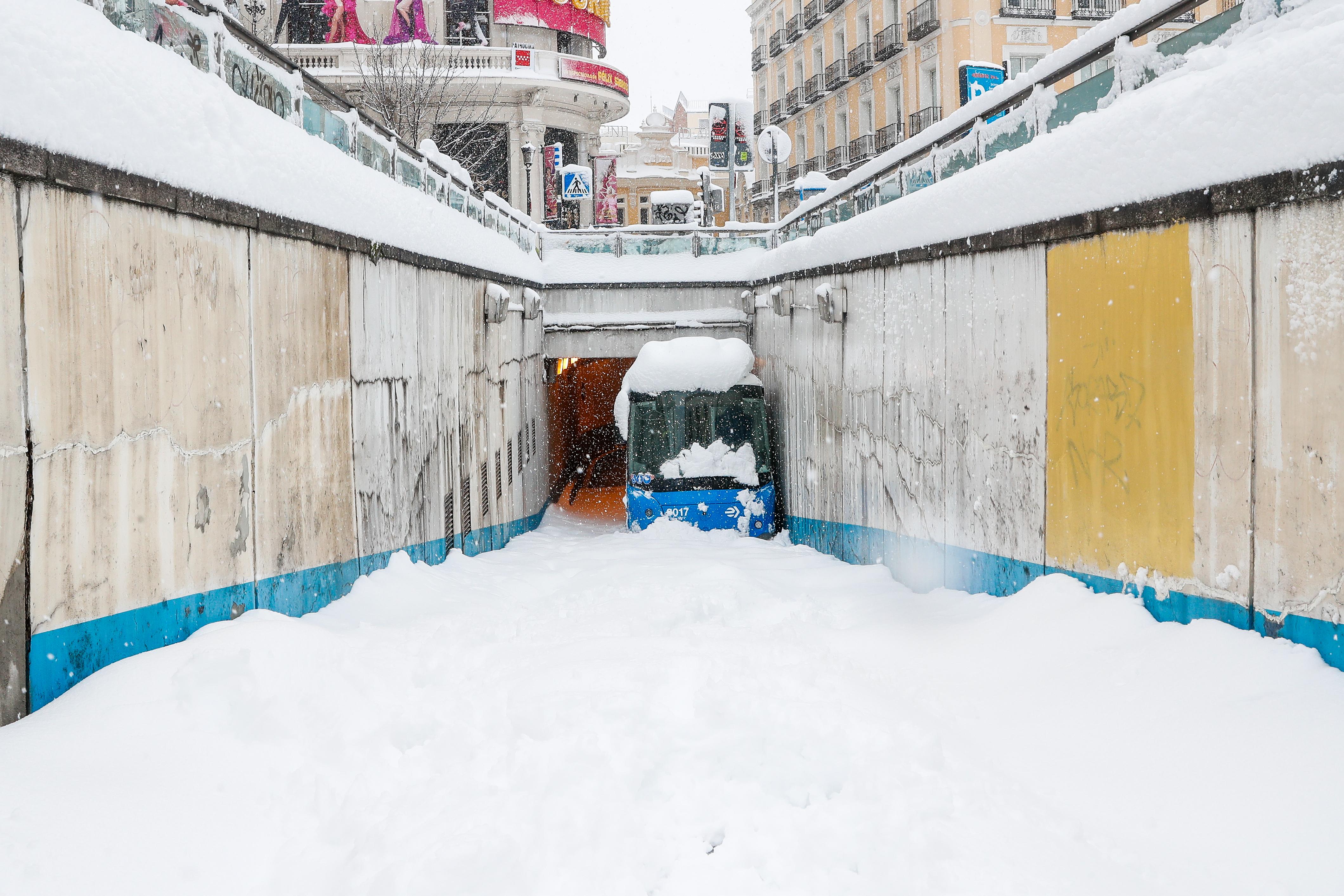 Autobús atrapado en un túnel del centro de Madrid, por Jacinto Benavente