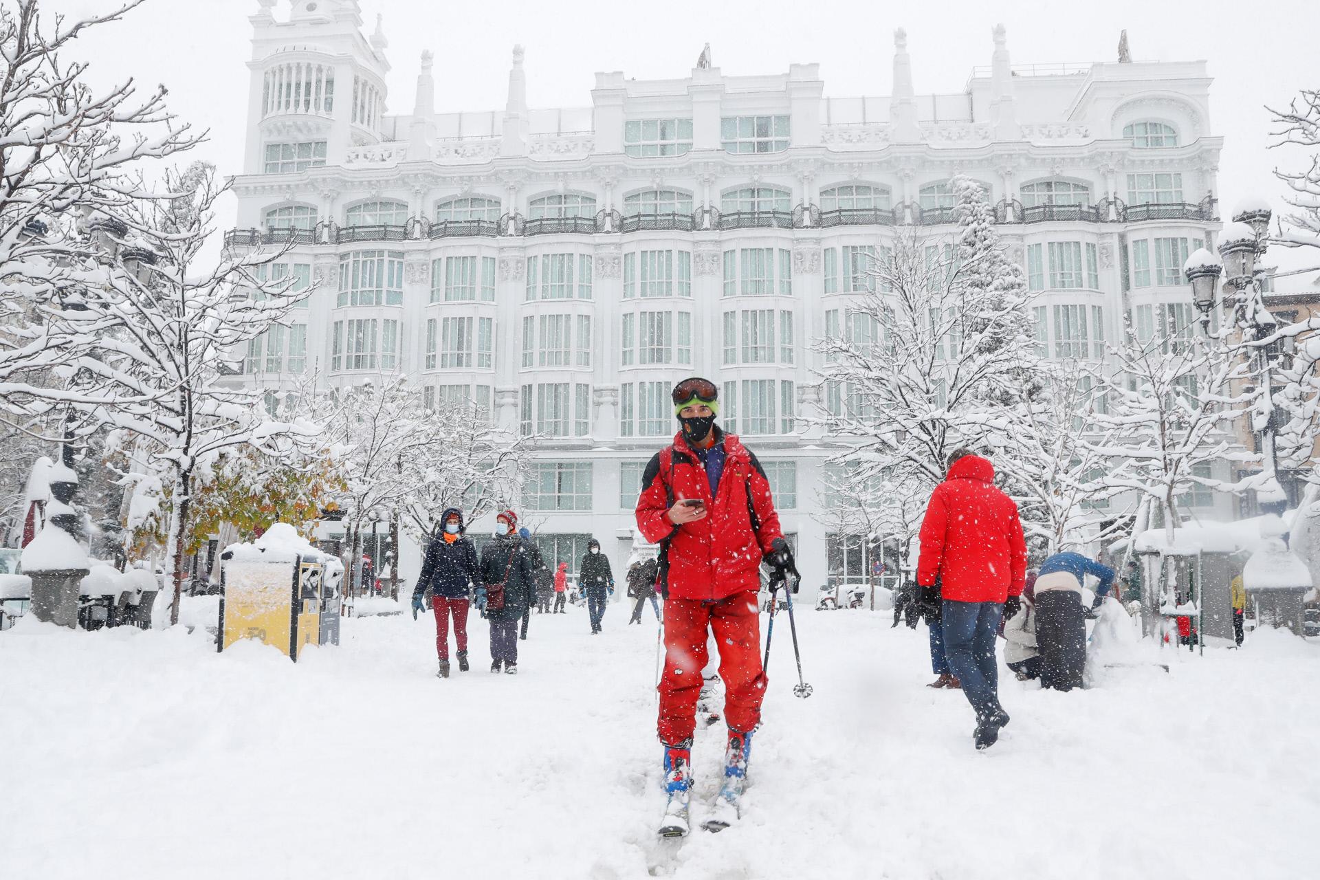 Otro paseo en plena nevada como si nada con los esquís por la Plaza de Santa Ana