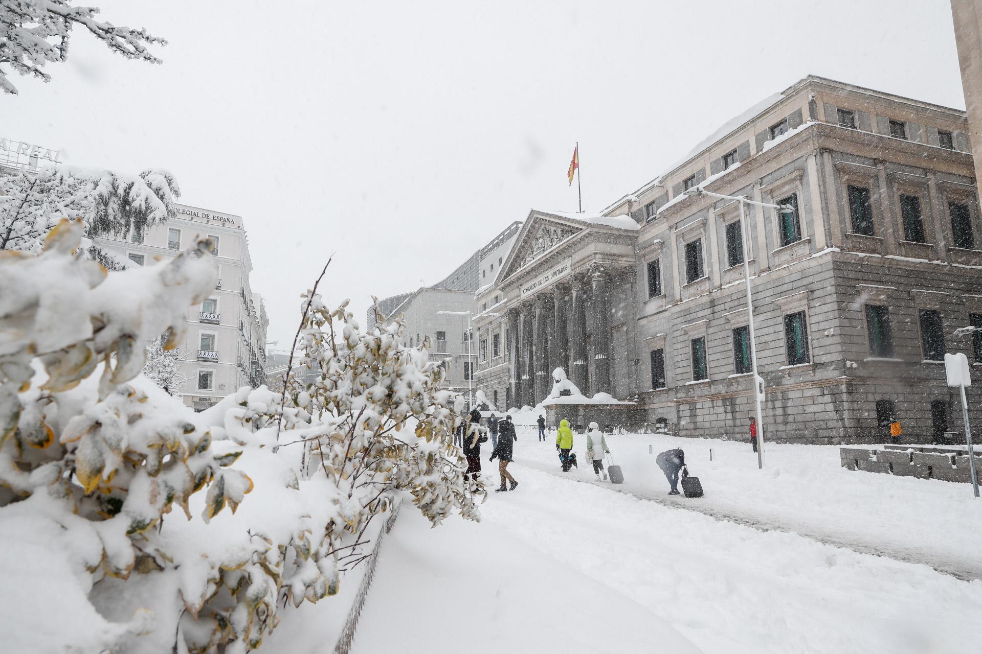 El Congreso de los Diputados, colapsado con los leones tapados por la nieve